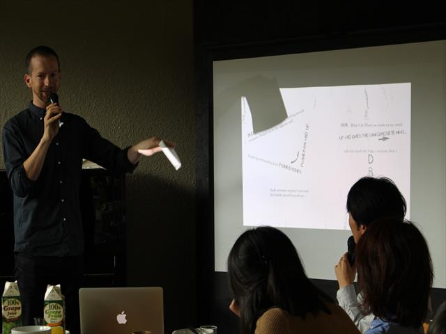 彼の作品で使われる手法を説明するTimさん